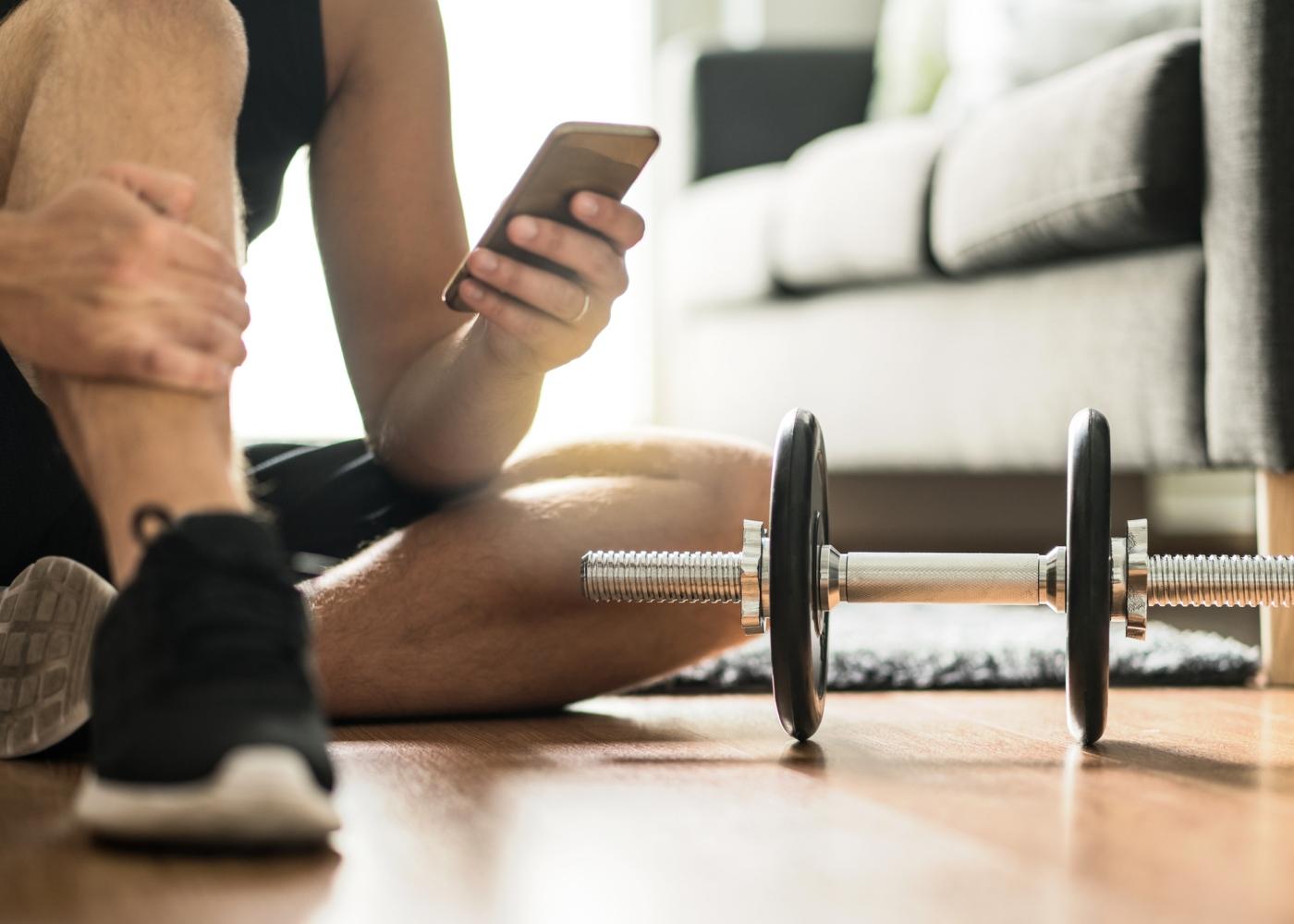 Homem a selecionar apps para treinar em casa