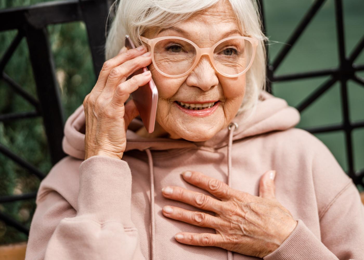 COVID-19 e os idosos: avó a falar com o neto ao telefone