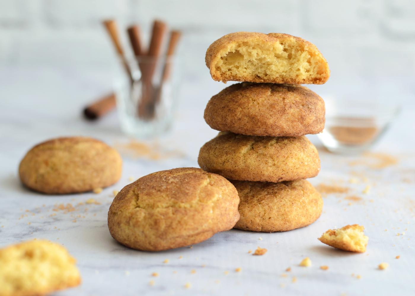biscoitos de canela em fundo claro