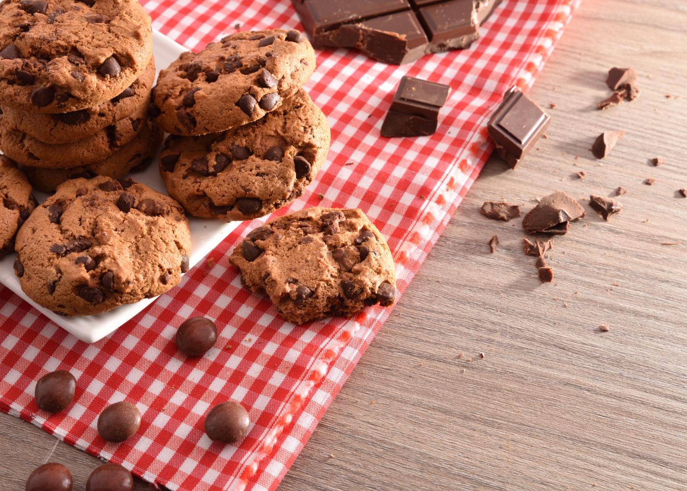 bolachas com pepitas de chocolate em cima da mesa