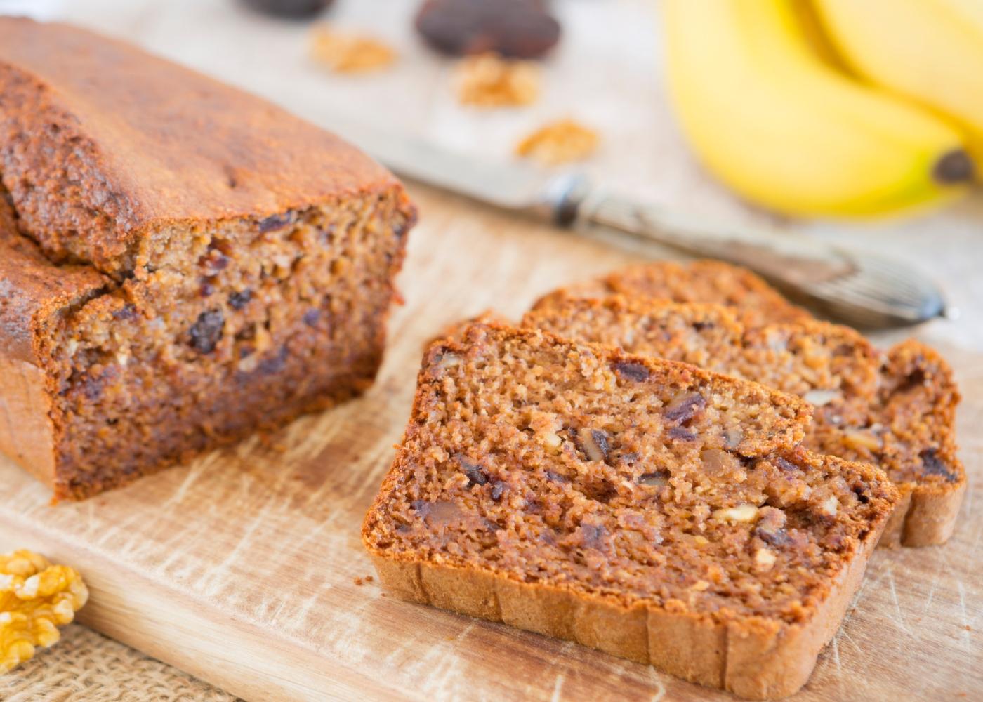 Receitas de bolos saudáveis para fazer com as crianças: bolo de banana, aveia, passas, linhaça