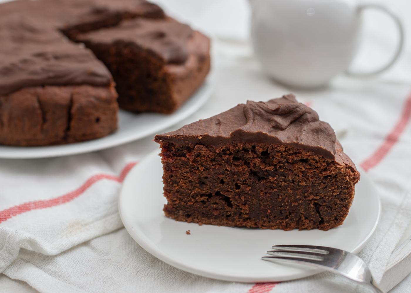 fatia de bolo de beterraba com chocolate