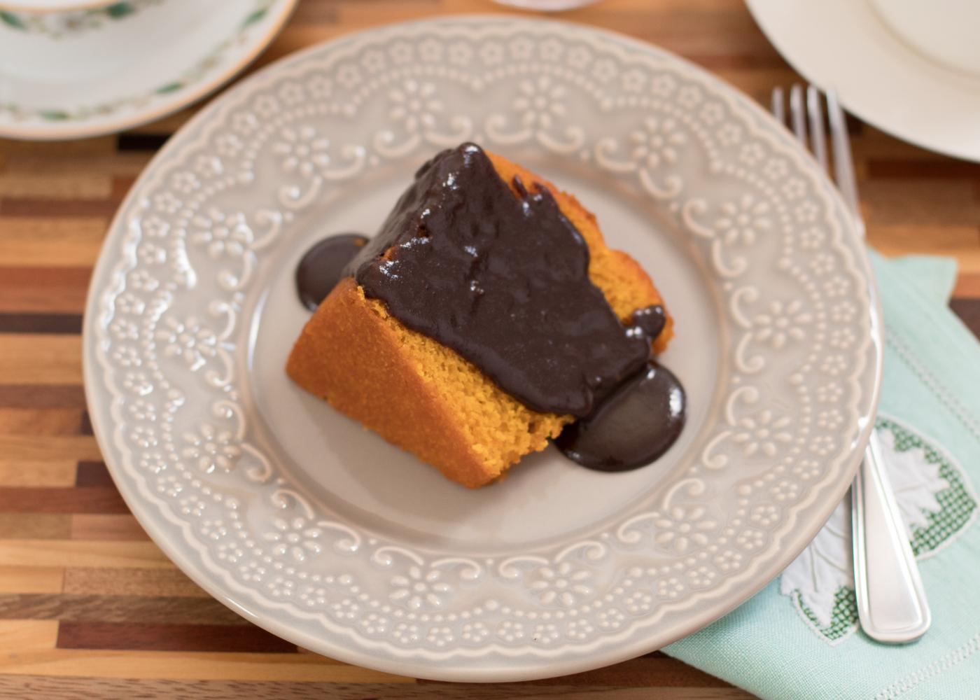 fatia de bolo de cenoura fofinho com chocolate derretido