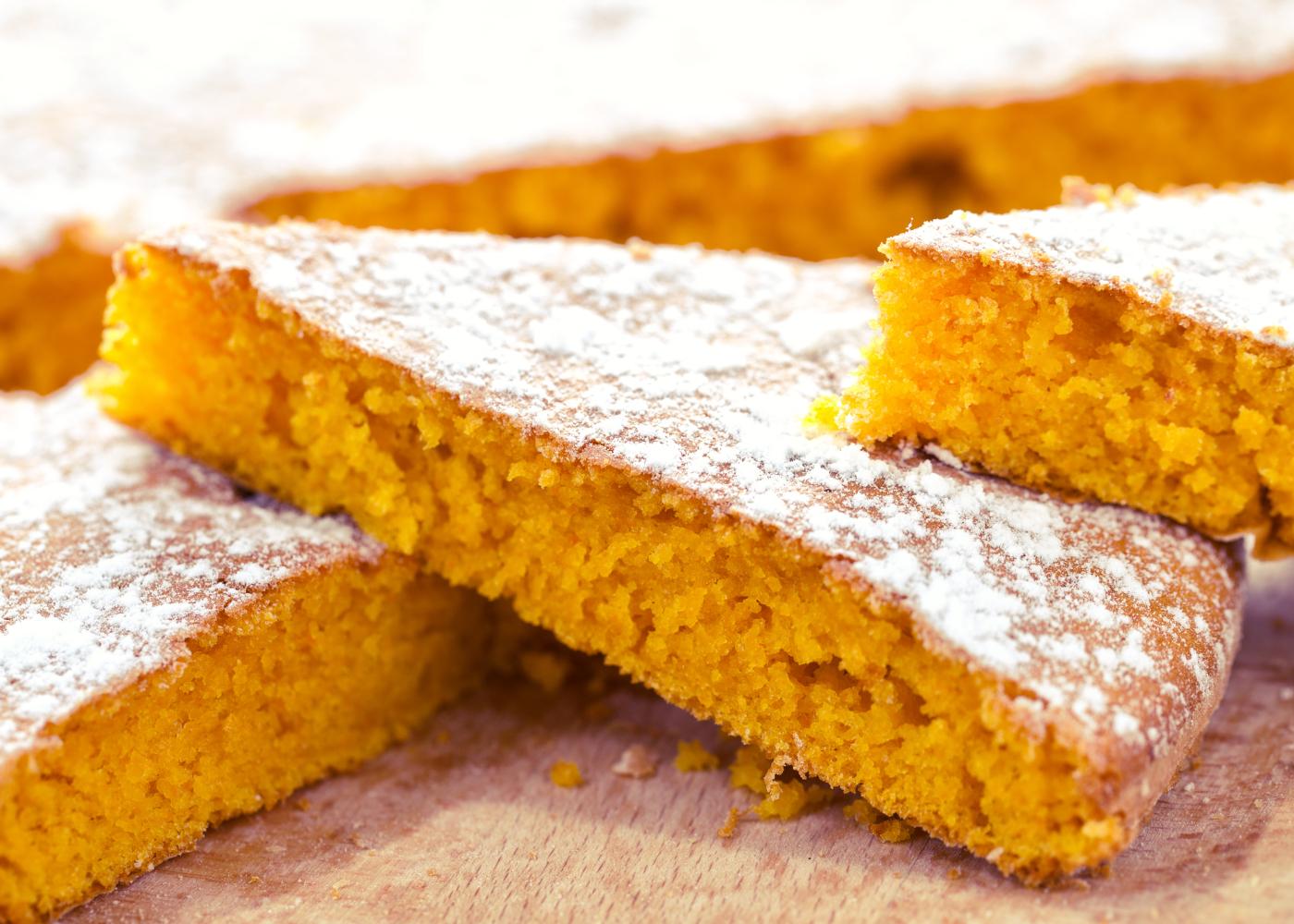 fatias de bolo de cenoura