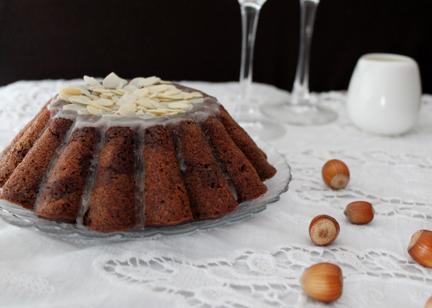 bolo de chocolate com banana e cobertura de amêndoa