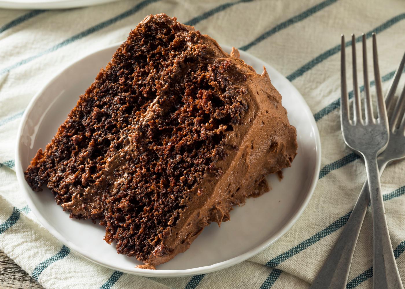 fatia de bolo de chocolate com sementes de chia