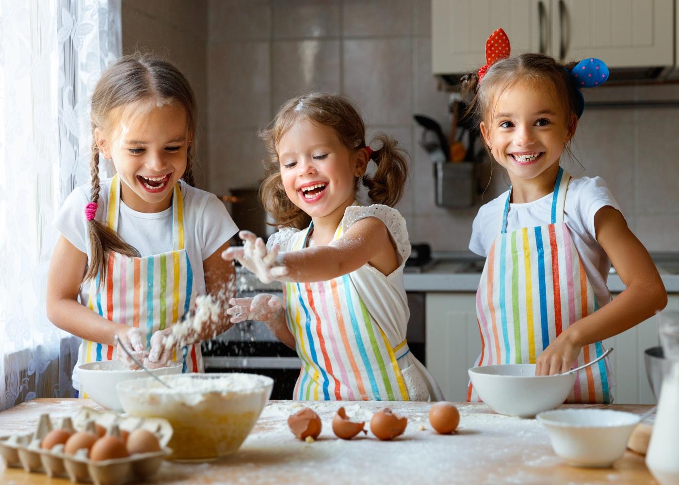 Receitas de bolos saudáveis para fazer com as crianças: meninas a fazer bolo com a mãe