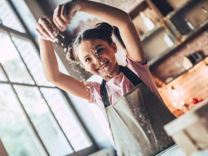 Receitas de bolos saudáveis para fazer com as crianças: menina a fazer bolo com a mãe