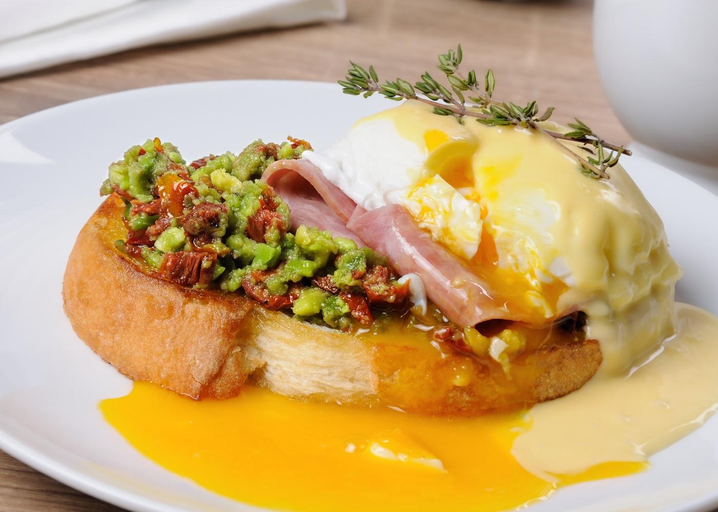 Bruschetta com puré de ervilhas e ovo cozido