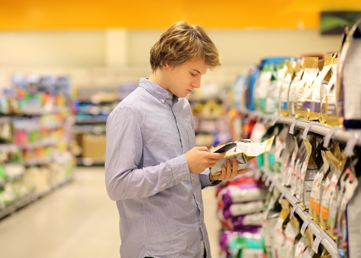 Como poupar nas despesas do seu animal de estimação: homem a comparar preços