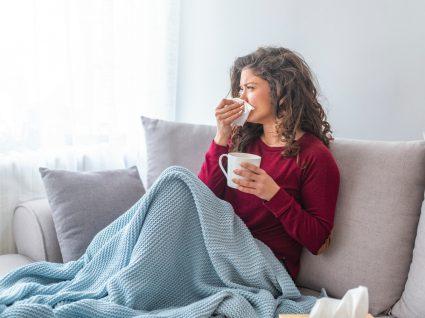 Mulher com gripe em casa
