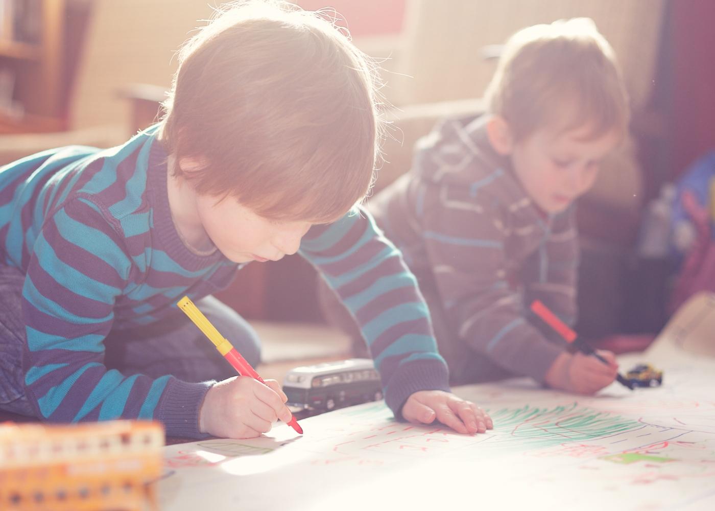 como lidar e entreter as crianças em casa: crianças a desenhar