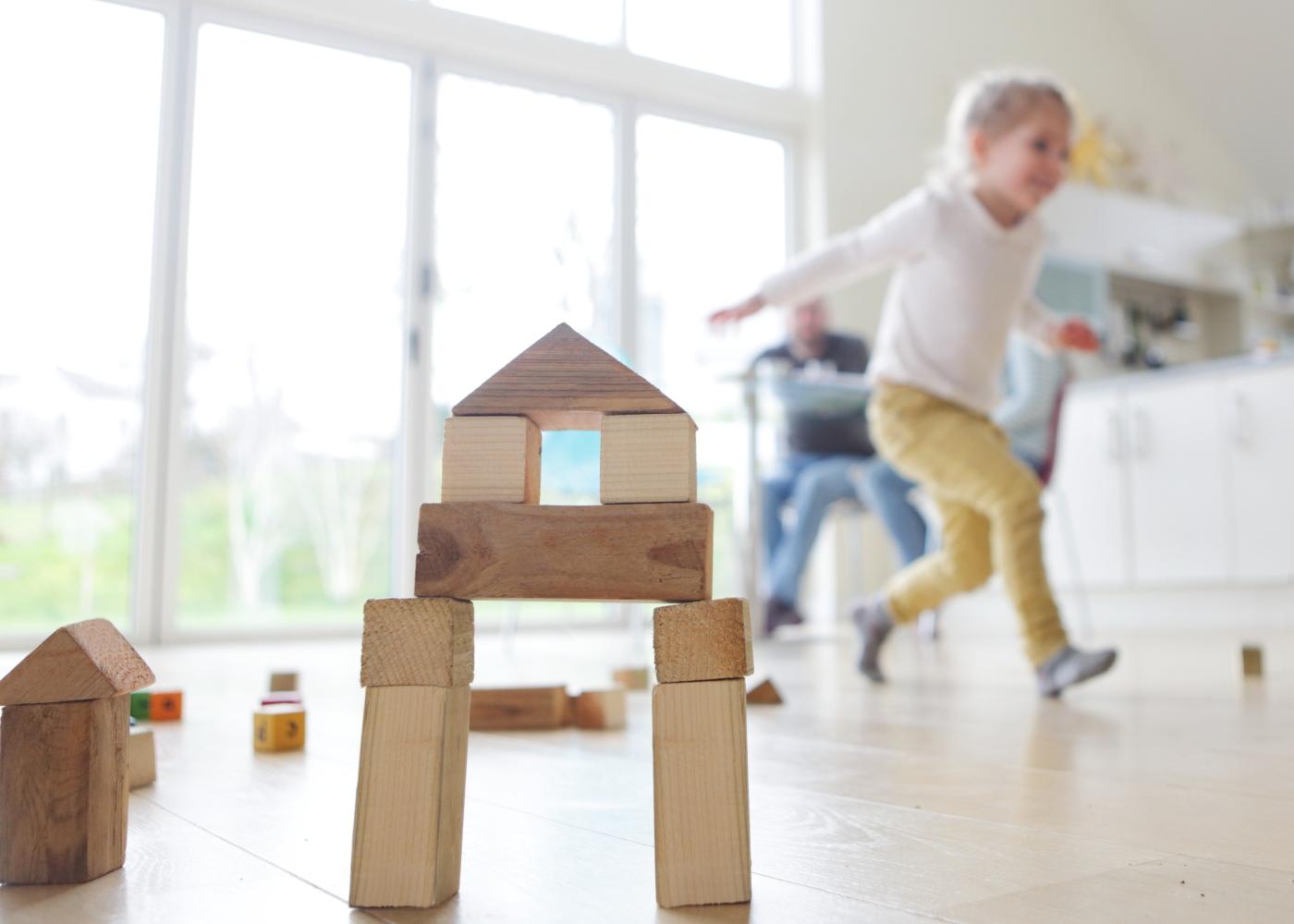 Crianças a brincar em casa