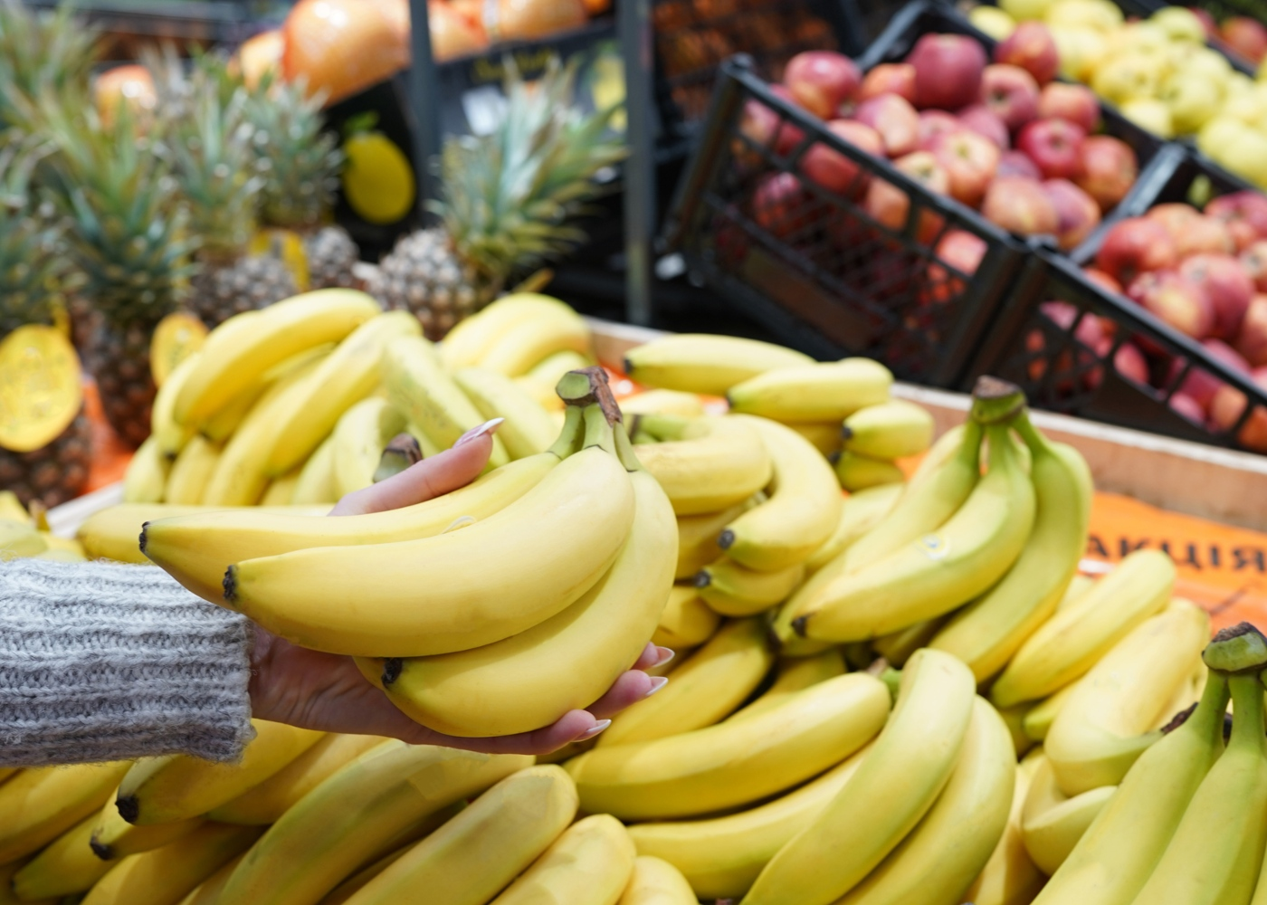 como manter a segurança numa ida ao supermercado: mulher a comprar fruta