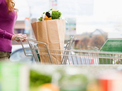 como manter a segurança numa ida ao supermercado: homem na fila para pagar compras