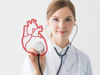 médica a auscultar coração