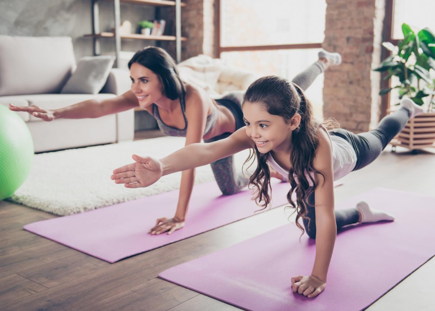 Atividades para fazer em casa em família: mãe e filha a fazer exercício