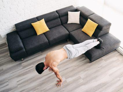 Como não perder massa muscular em tempo de isolamento social: homem a fazer flexões em casa