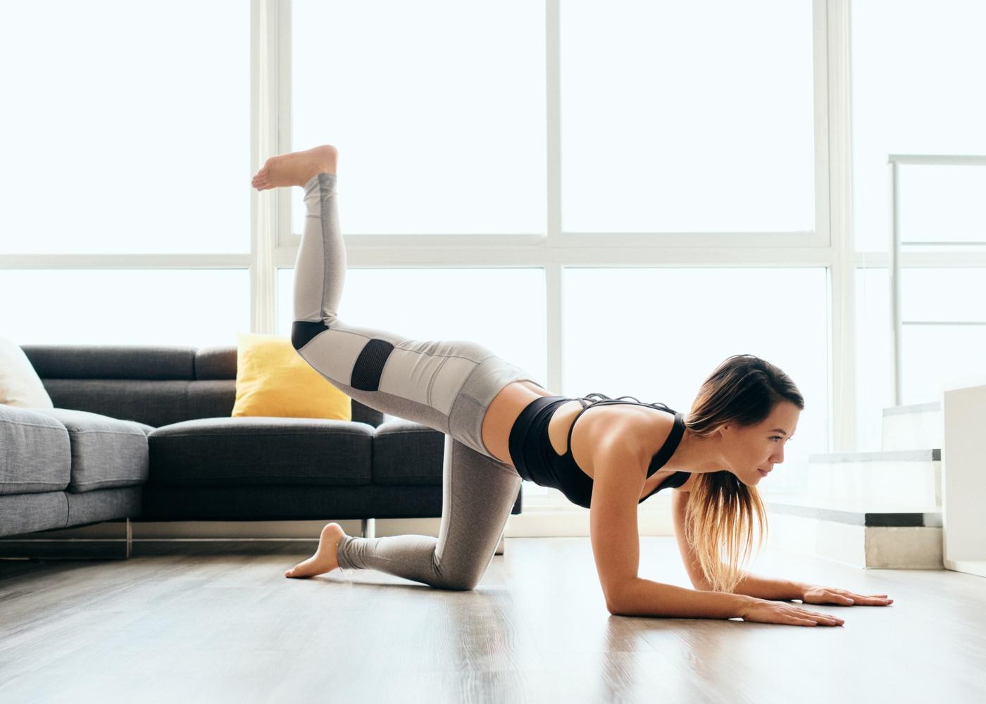 Exercícios de glúteos para fazer em casa: glúteo kickback
