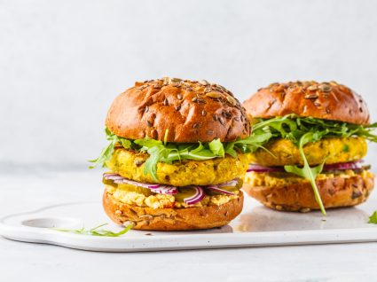 dois hambúrgueres no pão de grão de bico