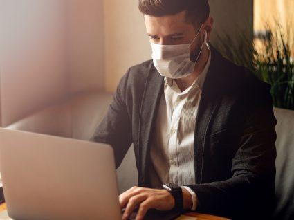 Uso de máscaras: homem a trabalhar com máscara