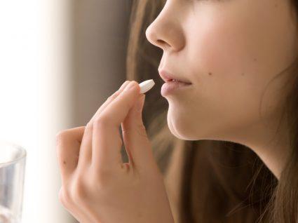 ibuprofeno agrava a infeção pelo novo coronavírus: mulher a tomar comprimido