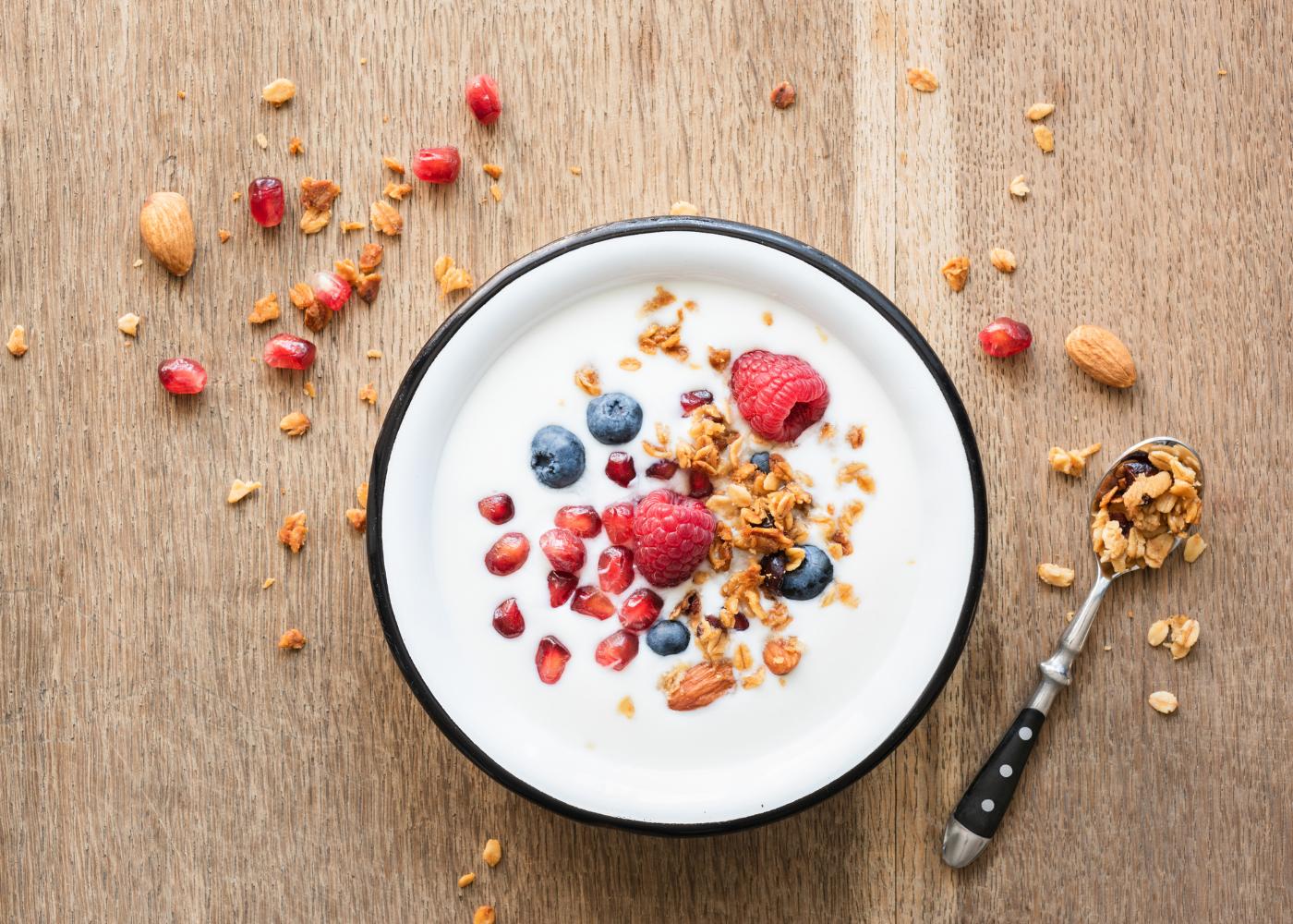 Receitas saudáveis para crianças: iogurte natural com cereais