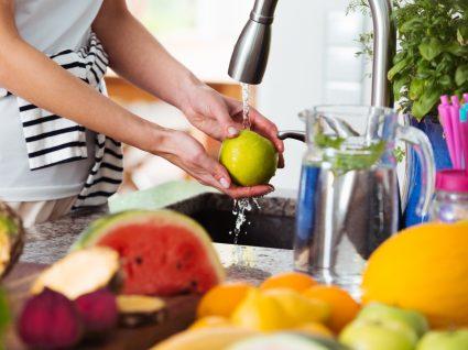 coronavírus ser transmissível através da comida: mulher a lavar alimentos