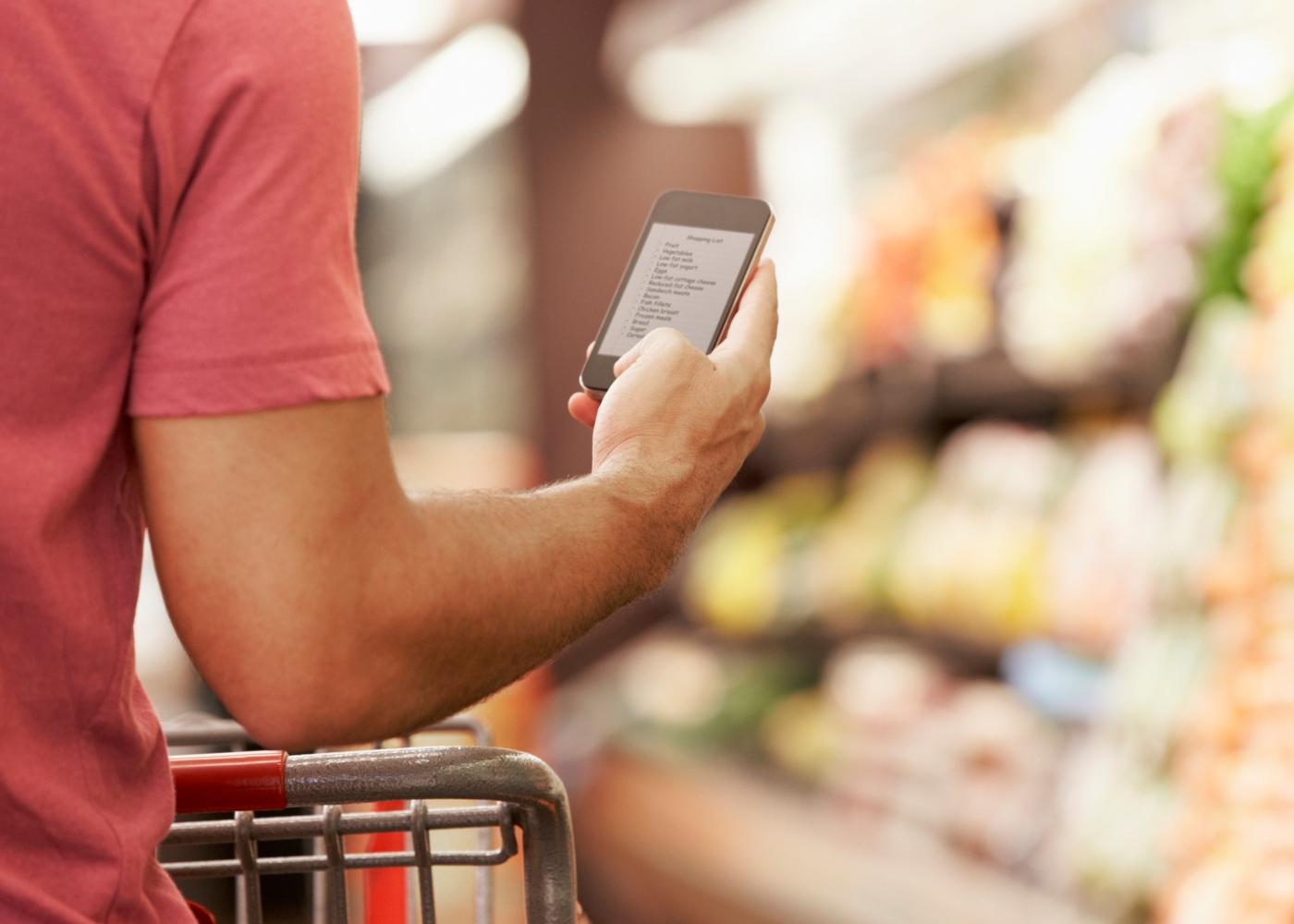 Lista de compras para quarentena: homem no supermercado