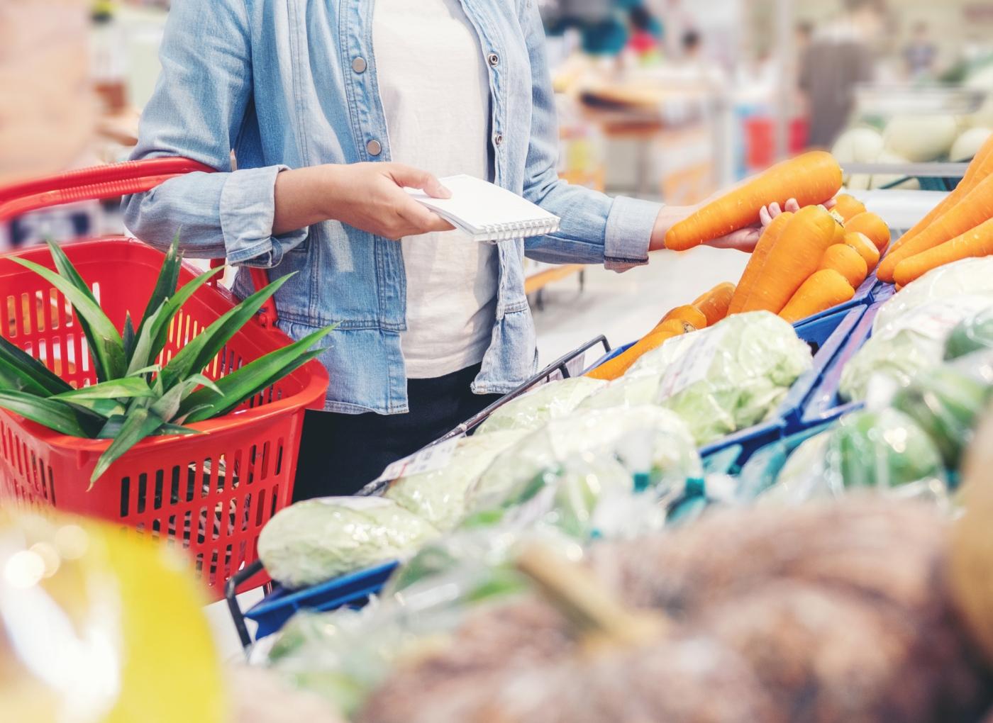 Lista de compras para a quarentena: homem no supermercado