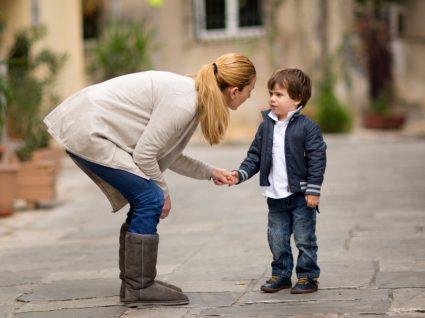 Regras com as crianças: mãe a estabelecer regras com o filho