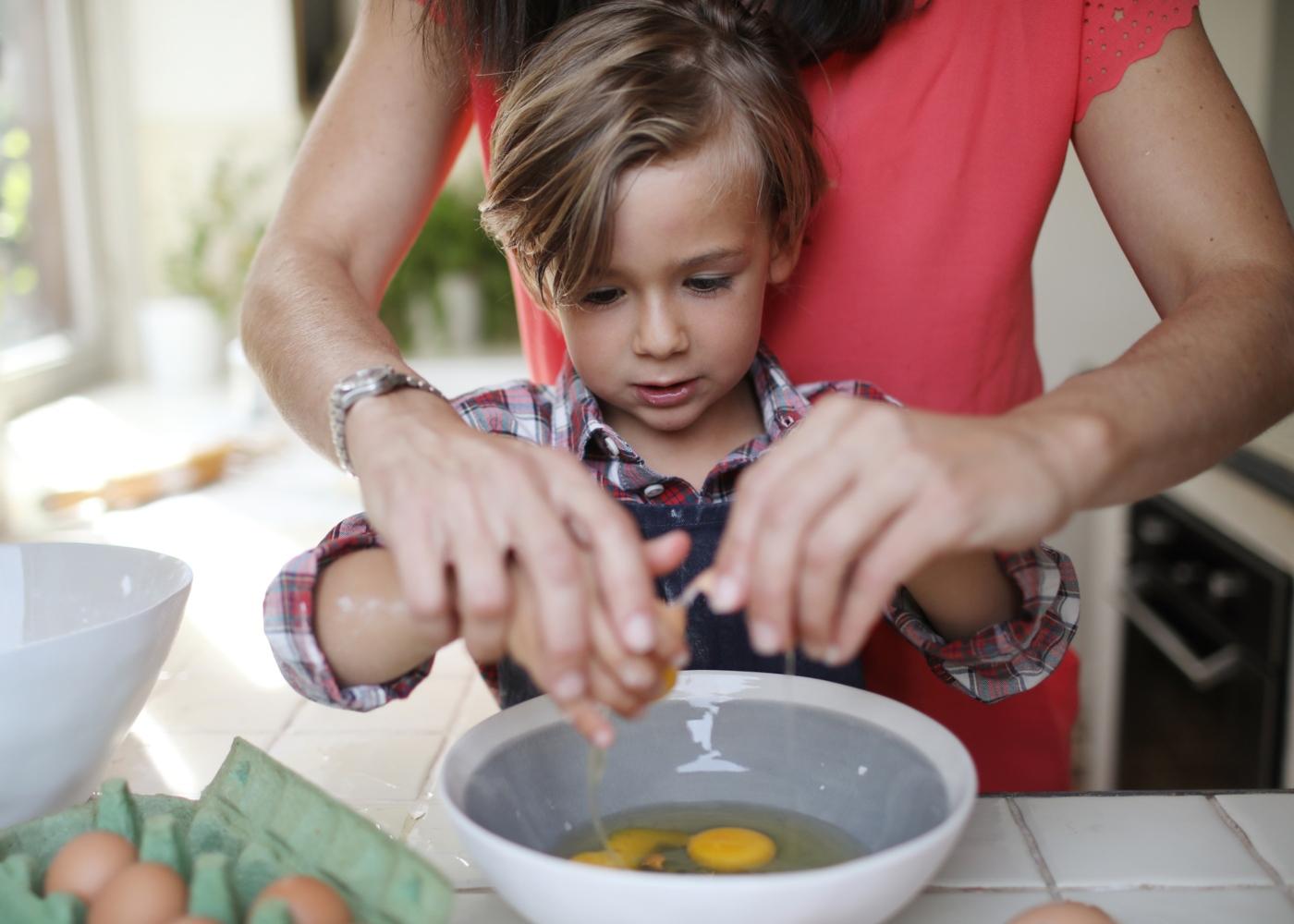 Receitas para fazer com os mais novos: mãe a cozinhar com filho