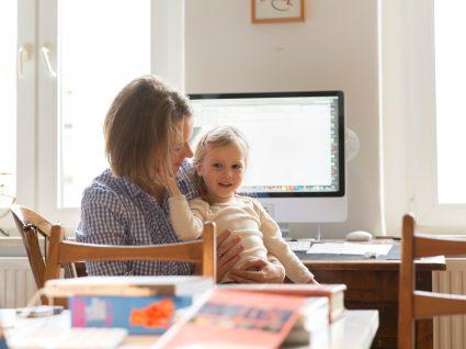Mãe em casa com a filha