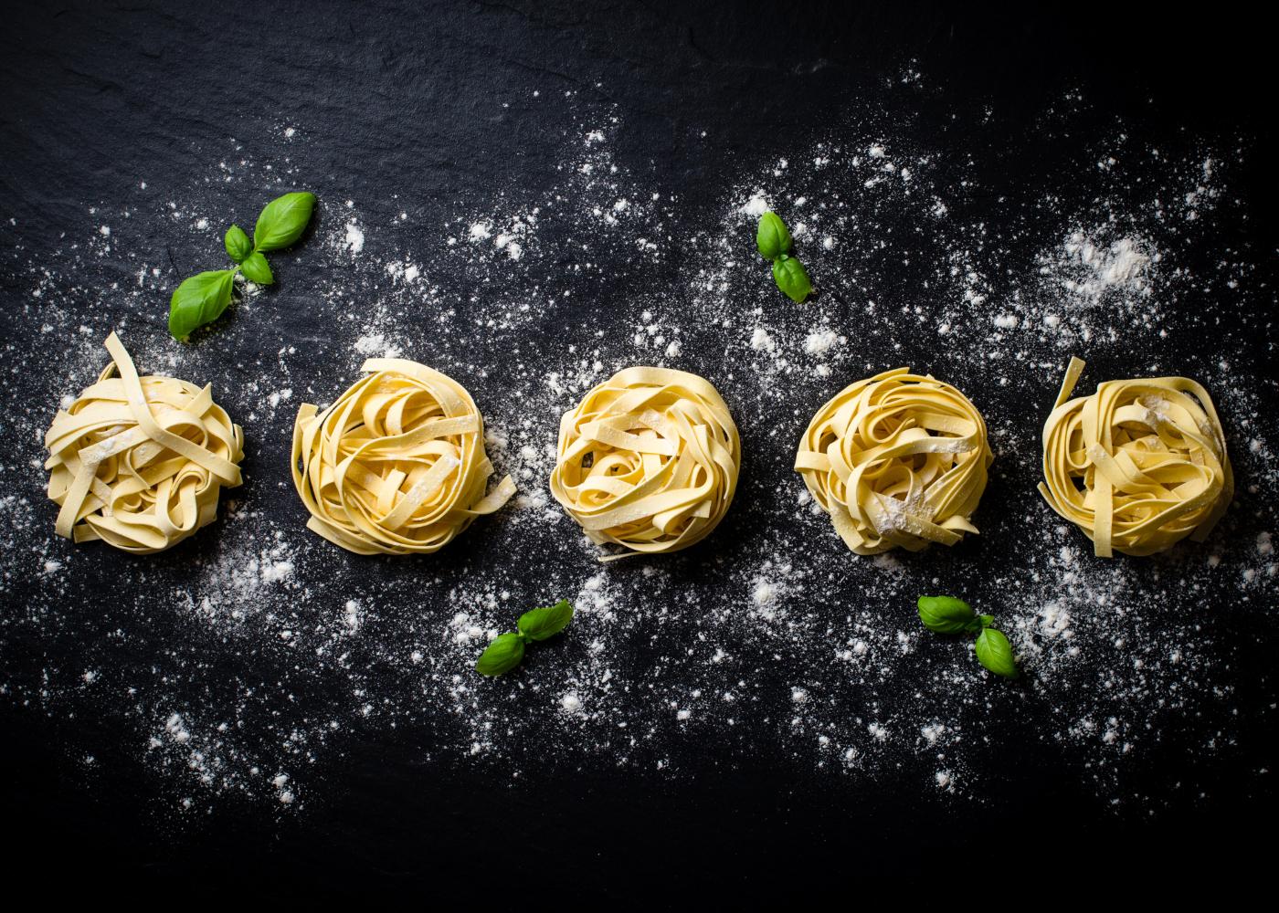 rolinhos de massa fresca com farinha de trigo