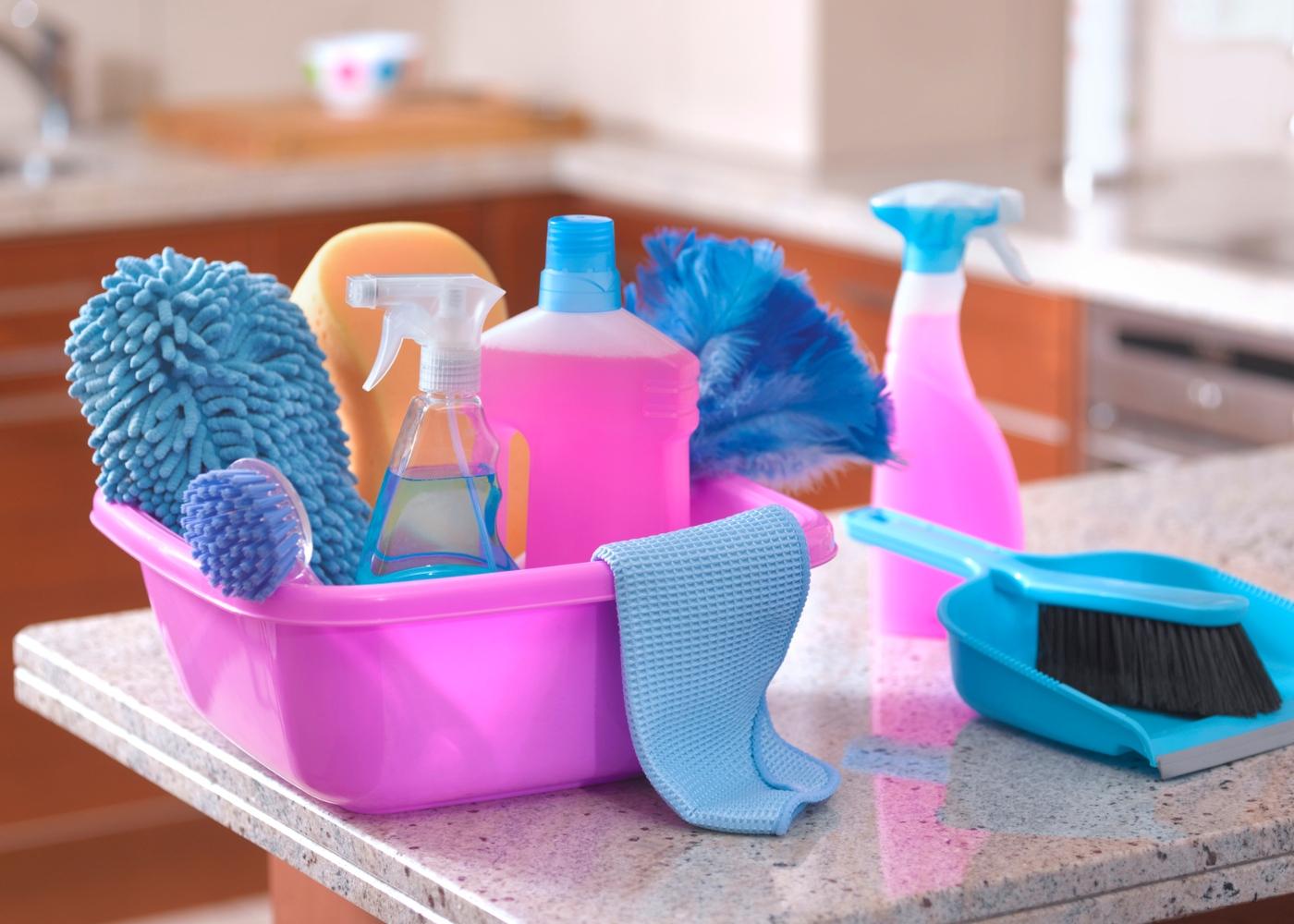 como desinfetar superfícies: materiais de limpeza em cima de mesa