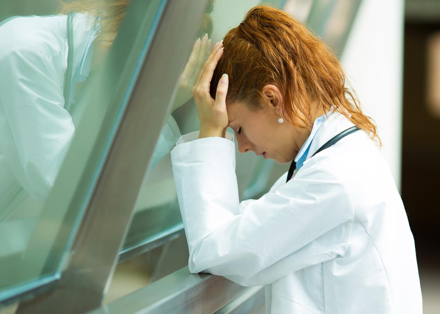 Médica exausta após terminar o seu turno de trabalho
