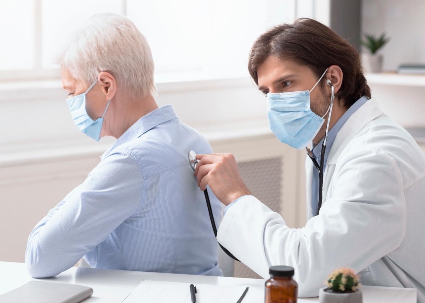 Médico a auscultar paciente