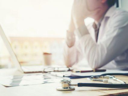 Médico exausto após terminar o seu turno de trabalho