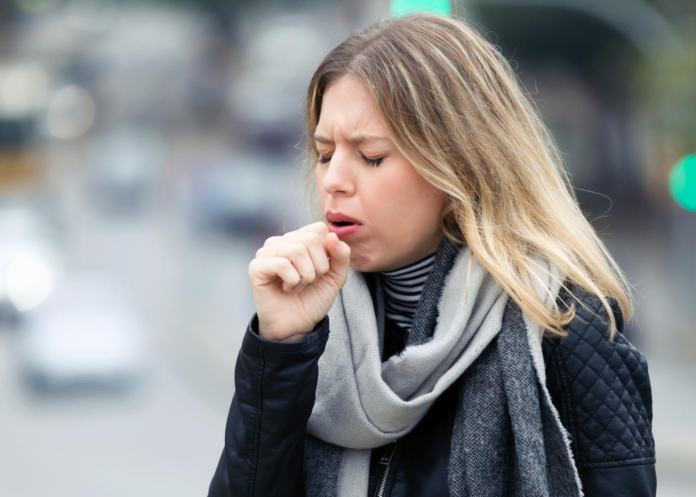 ausência de sintomas da COVID-19: mulher a tossir