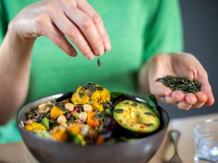 Dar continuidade a um processo de perda de peso durante a quarentena: mulher a almoçar em casa