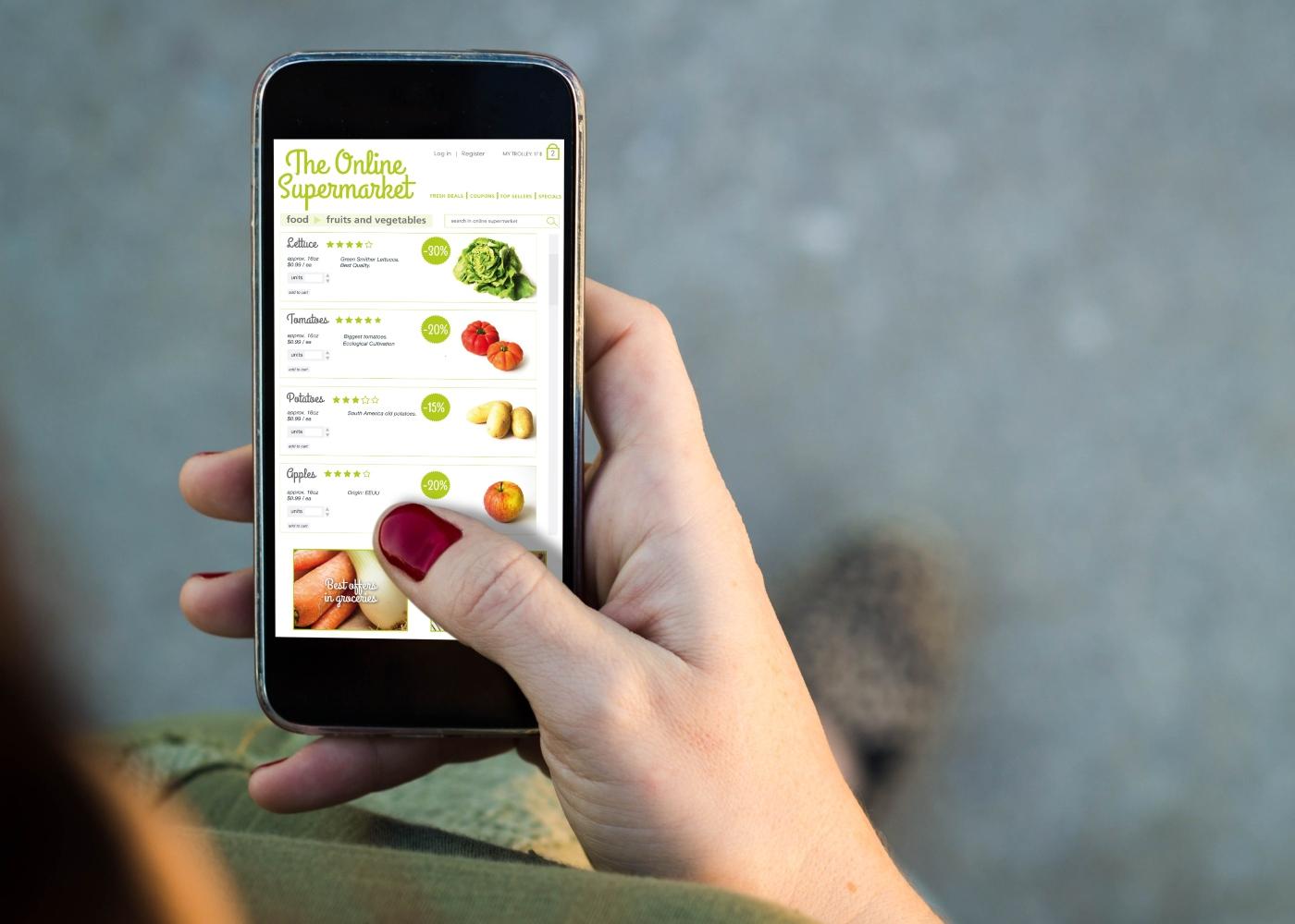 Ementa semanal: mulher a fazer compras de supermercado online