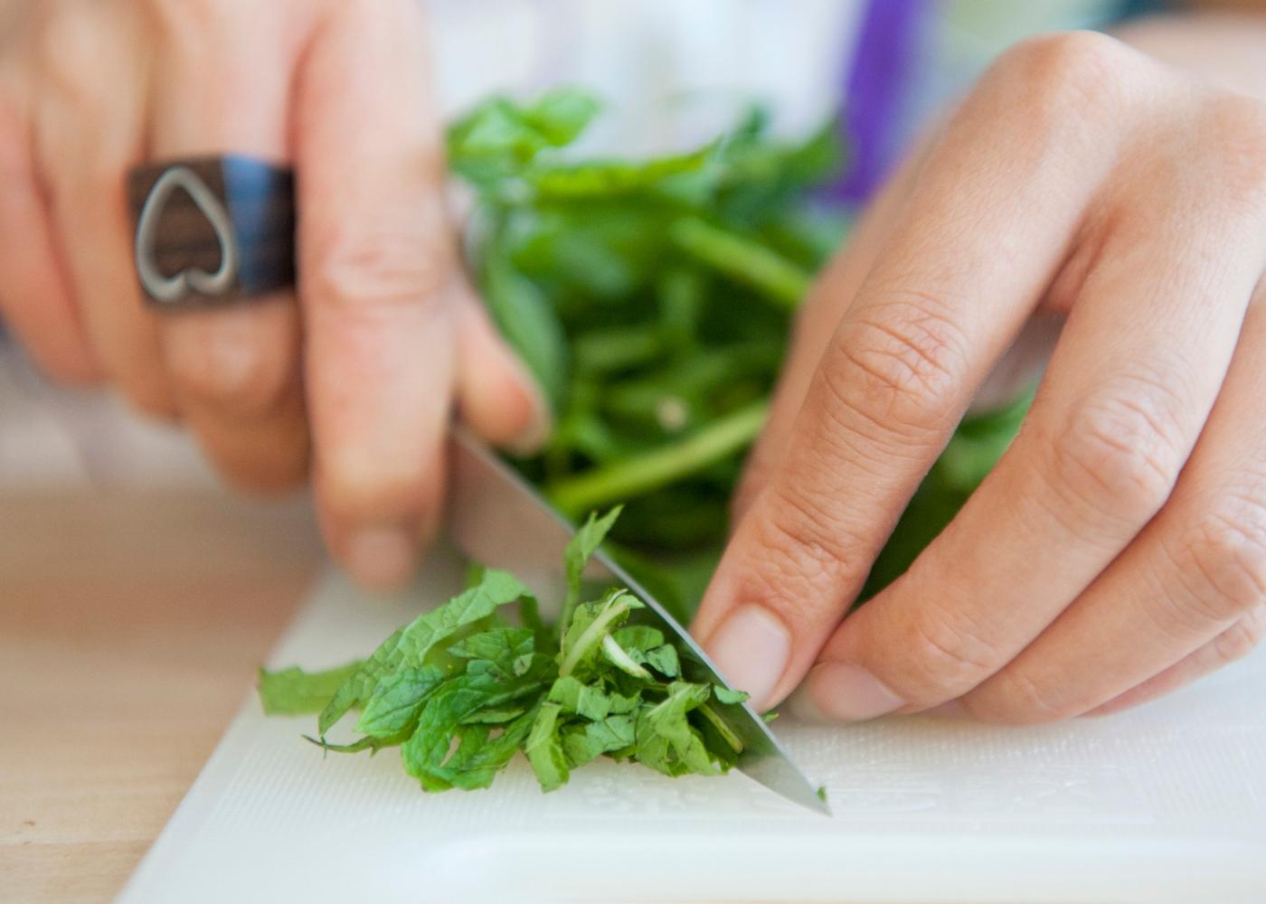 Comer as quantidades que deve em casa: mulher a cozinhar