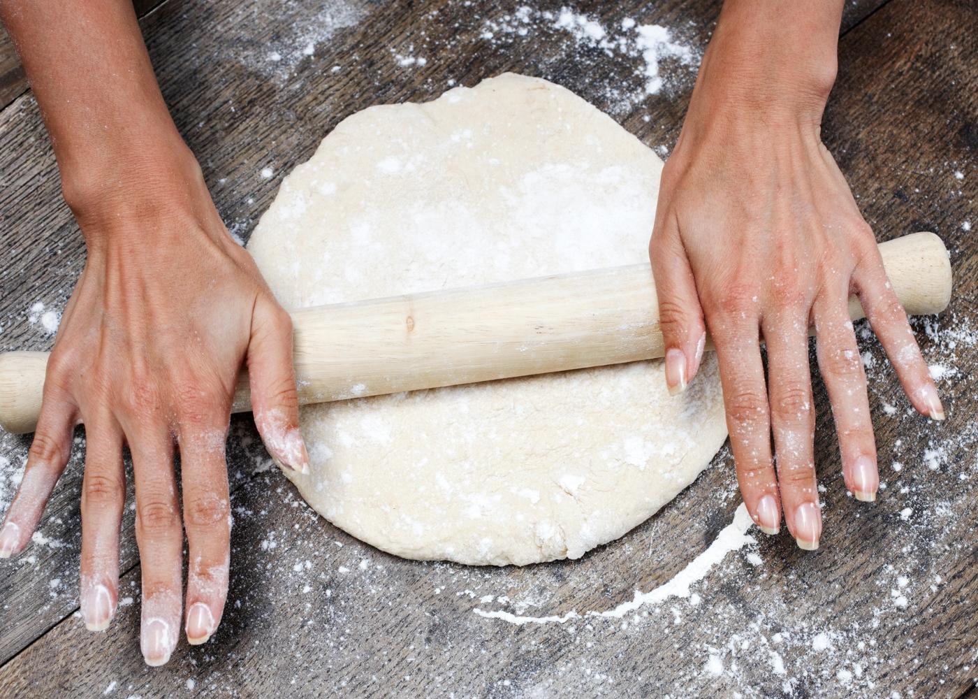 Diferença entre fermento de padeiro e fermento para bolos: mulher a preparar massa para bolos