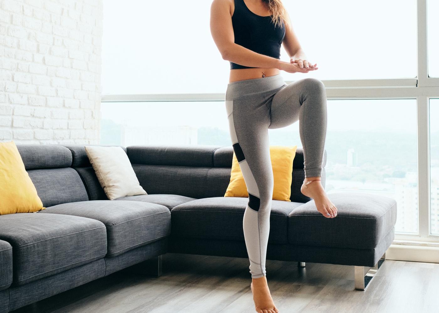 Exercícios para fazer em casa: mulher a fazer skipping