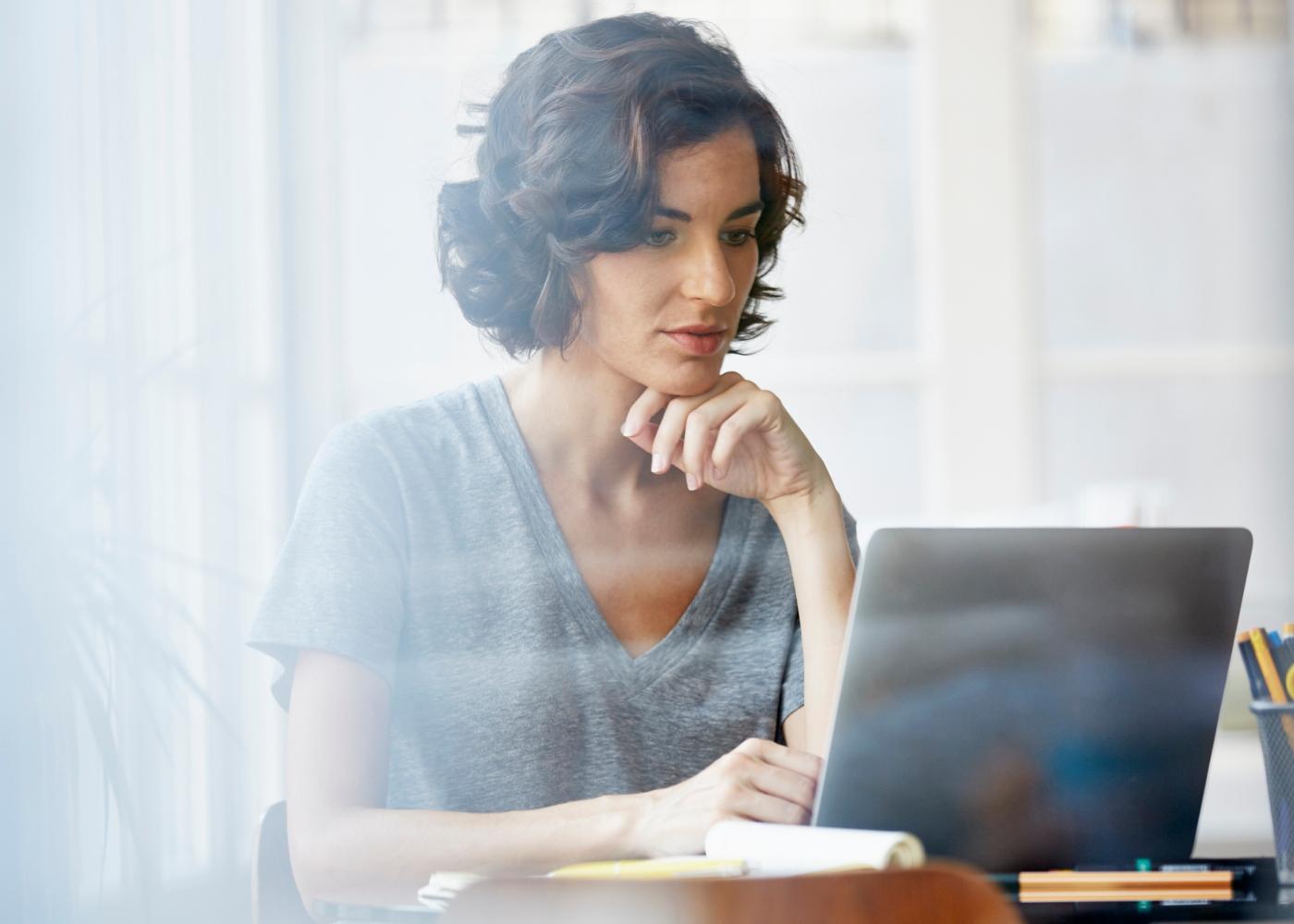 Dar continuidade a um processo de perda de peso durante a quarentena: mulher a trabalhar em casa