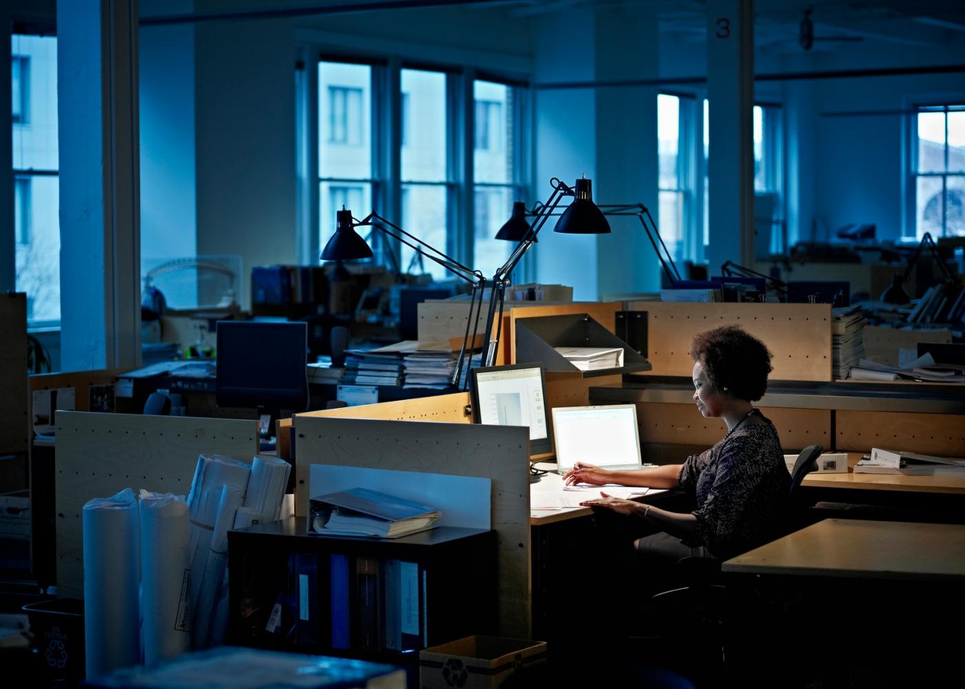 Mulher workaholic a trabalhar fora do horário de trabalho