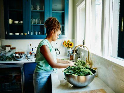 orientações na área da alimentação: mulher a lavar alimentos