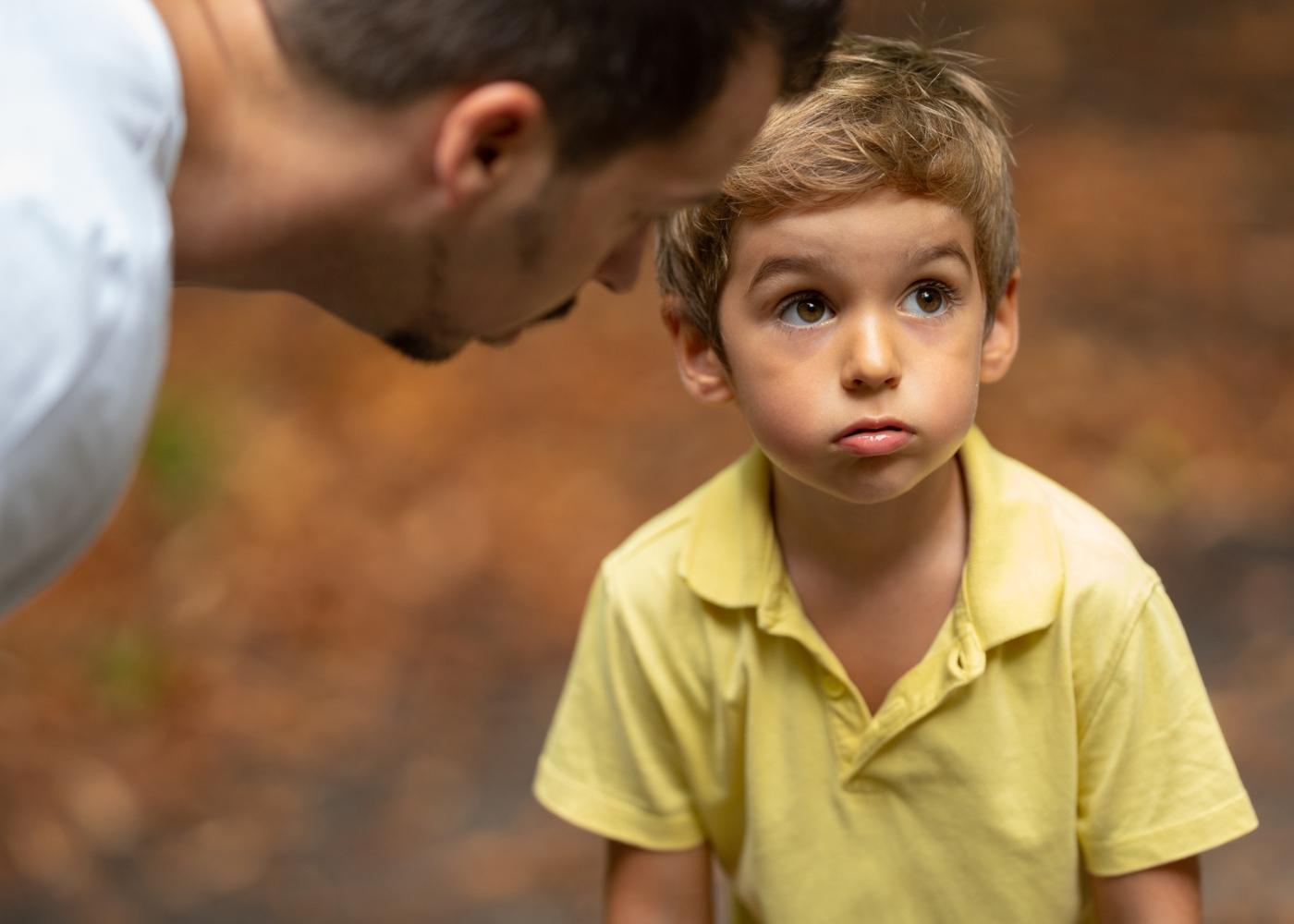 Regras com crianças: pai a estabelecer regras com o filho