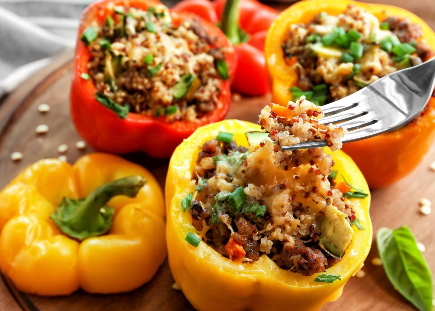 receitas saudáveis para quarentena: pimentos recheados com quinoa