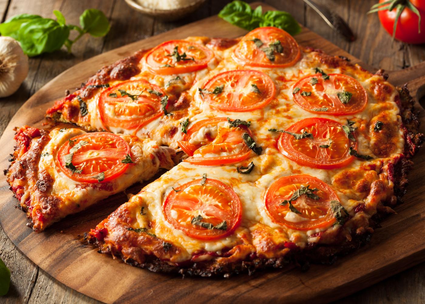 pizza sem glúten com batata-doce e tomate